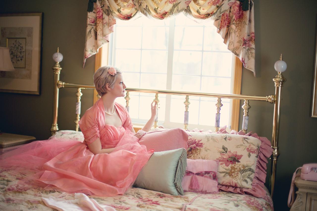 Modne białe meble. Białe łóżko do sypialni – łóżko podwójne